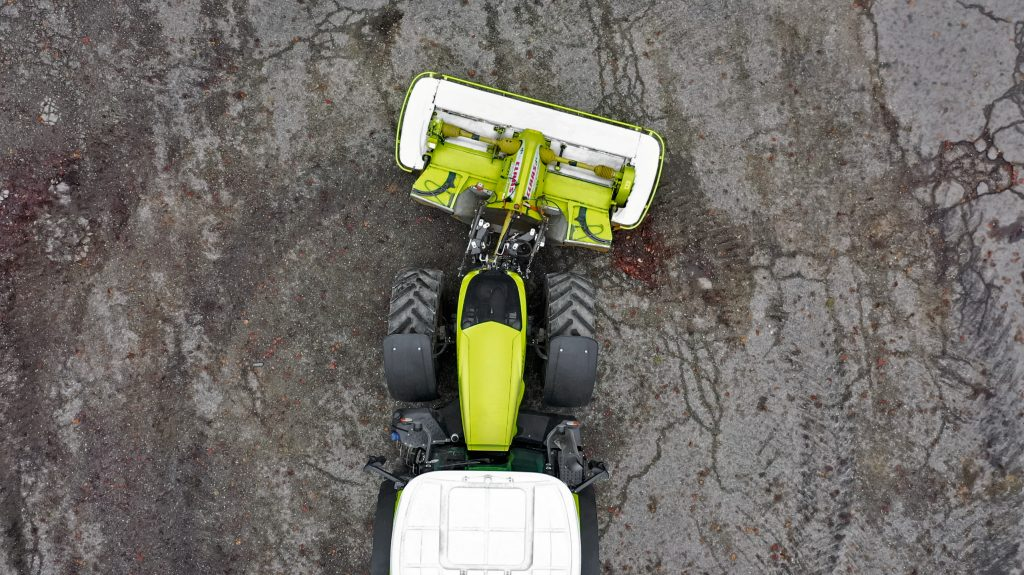 Claas adds swivelling lower links for negotiating bends during mowing